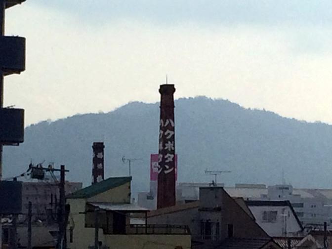 駅から見える西条の町