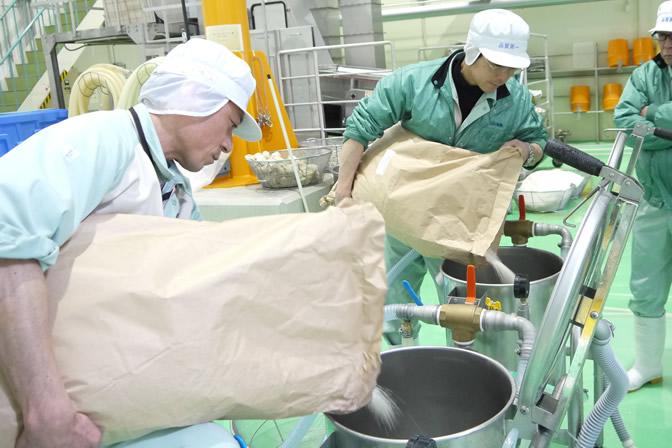 掛け声ととものはじまる洗米作業