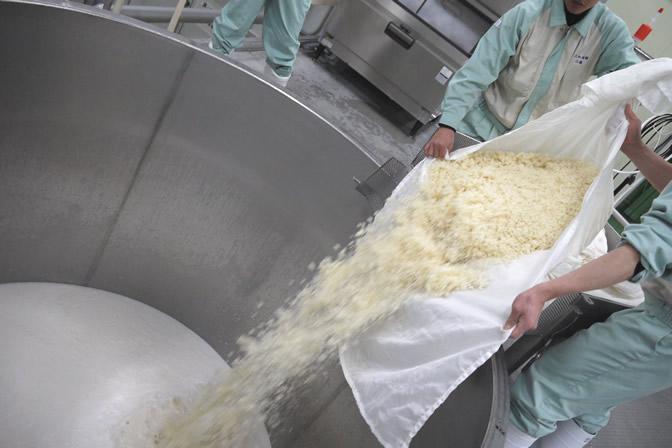 掛米を醪に投入