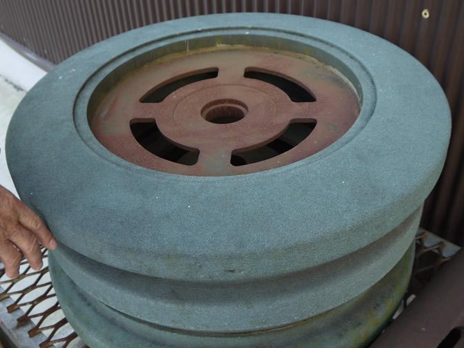 精米機の中にある大きな砥石