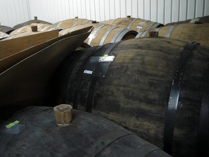 長期貯蔵焼酎の樽。年月を重ねた樽たち。
