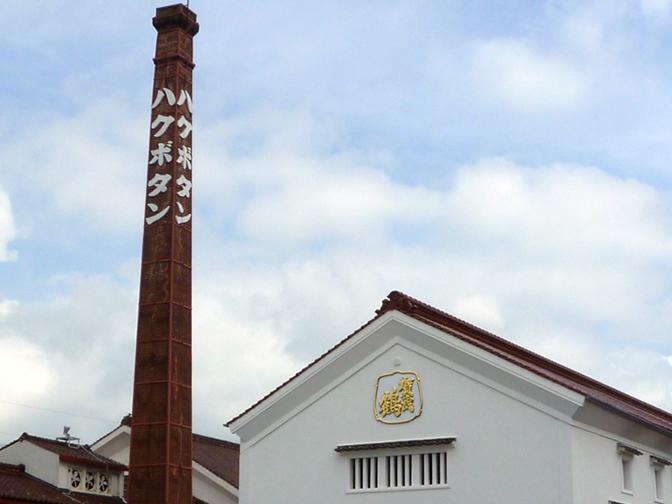 西条の町で隣接する白牡丹延寶蔵と賀茂鶴酒造、西篠鶴醸造