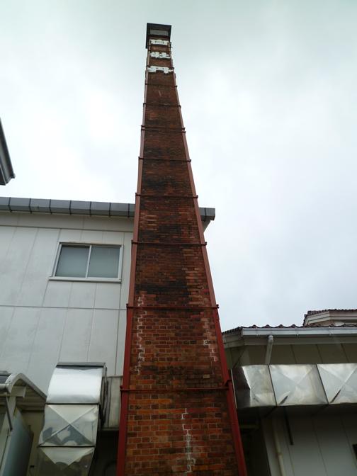 西条の町にそびえたつ煙突