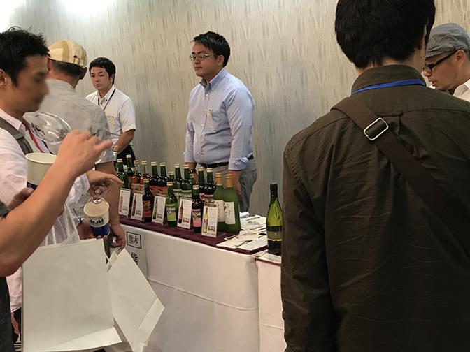 別室でのワイン会場は特にじっくりと試飲されているお姿が